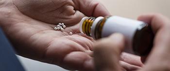 Persoon pakt medicijnen