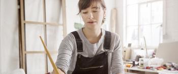 Jonge vrouw schildert