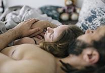 Vrouw ligt in armen van partner