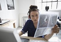 Vrouw aan het werk achter computer