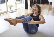 Mevrouw doet yoga thuis