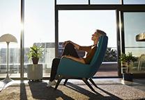 Vrouw aan het ontspannen in stoel