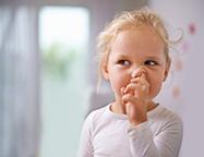 Kind die in neus peutert