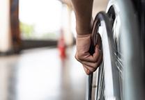 Hand om rolstoelwiel