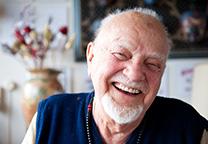Oude man lacht