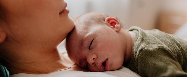 Baby ligt op borst moeder