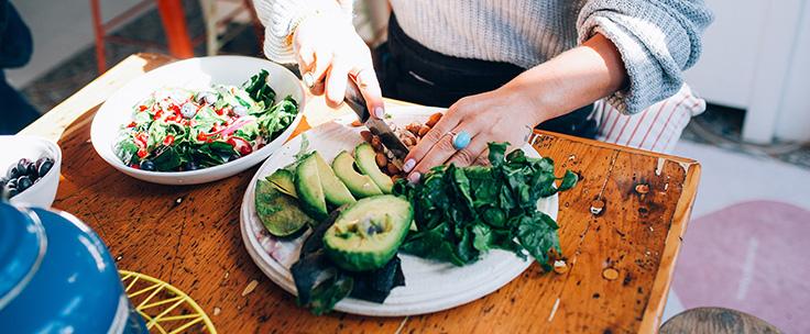 Vrouw snijdt groenten