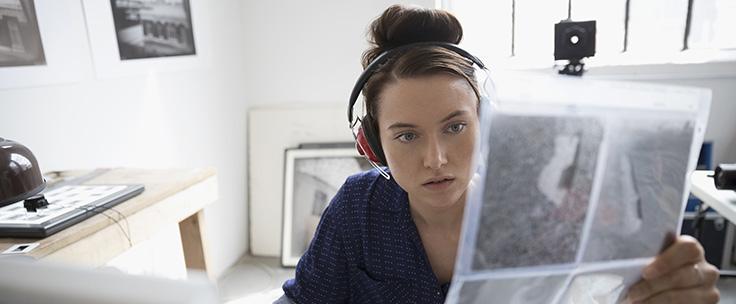 Dame aan het werk achter computer