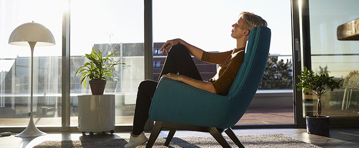 Vrouw ontspant in stoel