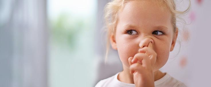 Meisje peutert in neus