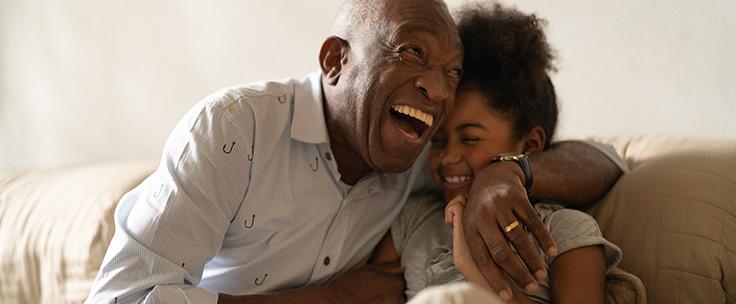Lachende man met arm om kleindochter