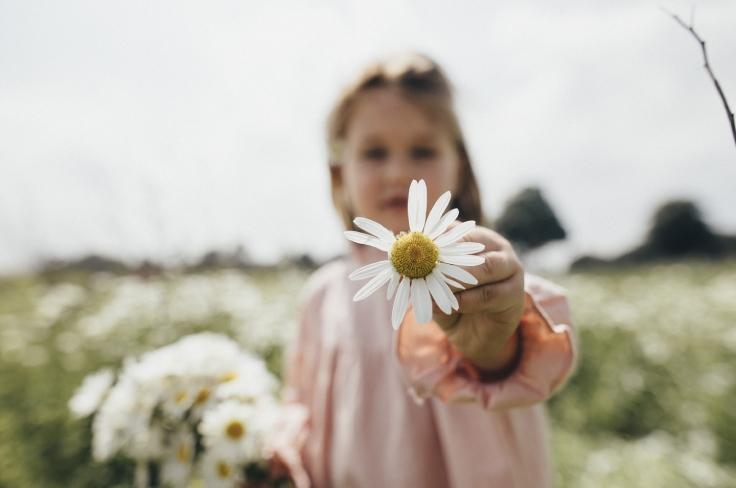 Meisje met een bloem in haar hand