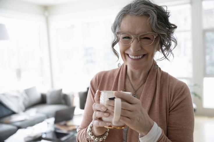 vrouw met een kop koffie in haar handen