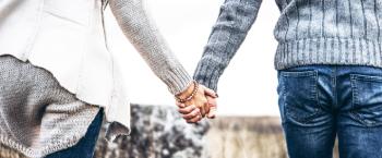 een stel loopt hand in hand