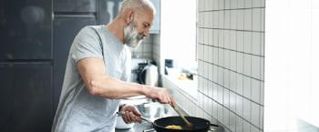 Man bereidt een maaltijd in de keuken