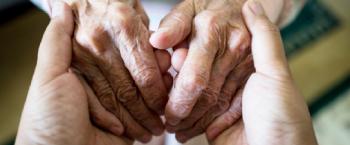 Handen houden elkaar vast