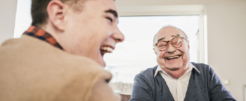 Lachende oude man met kleinzoon