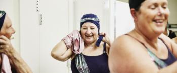 Oudere vrouw met badmuts op