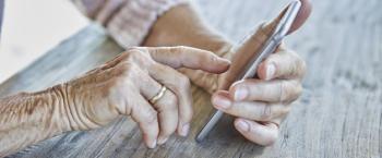 Handen houden een smartphone vast