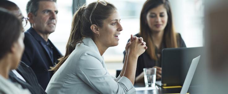 Mensen bij elkaar in een vergadering