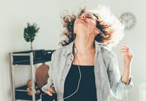 vrouw dansend op muziek