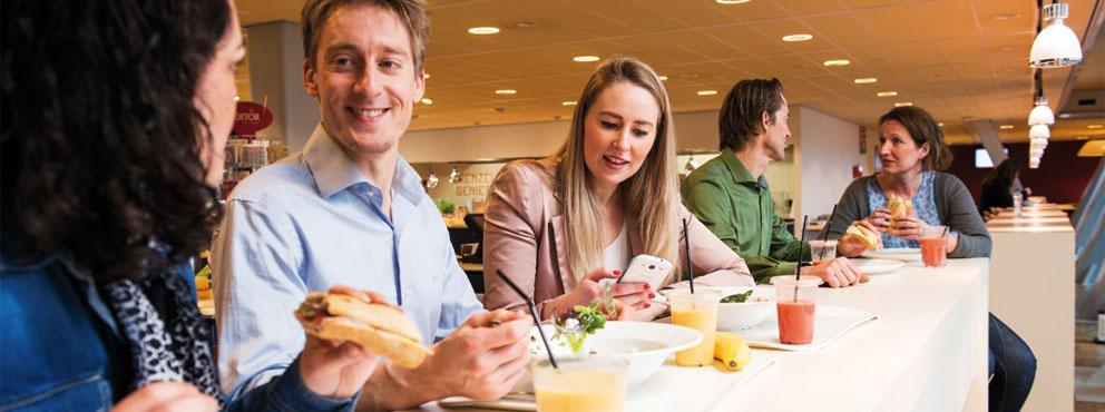 medewerkers aan het lunchen