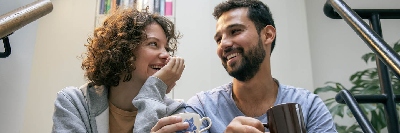 vrouw en man in gesprek op kantoor