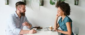 man en vrouw in gesprek