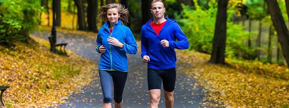 man en vrouw hardlopen in het bos