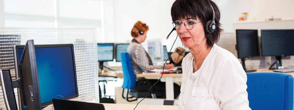 vrouw met computer en koptelefoon