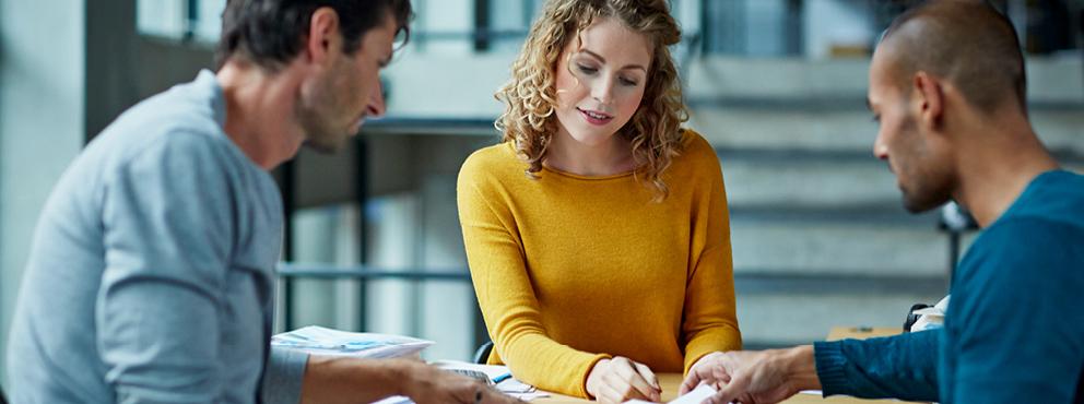 Leidinggevende in gesprek met medewerkers