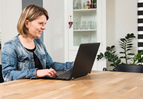 vrouw aan tafel met laptop