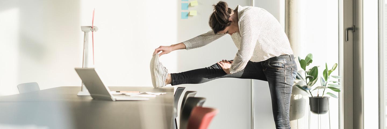 vrouw met been op bureau